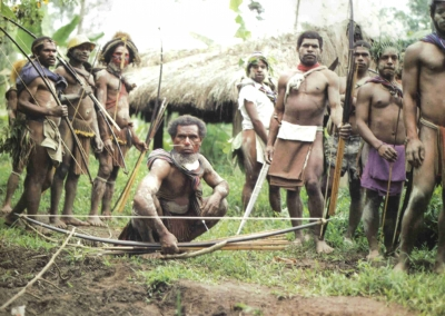 Draft_lens1960052module9270388photo_1222050363Papua_New_Guinea_Highlander-Huli_warriors_at_tribe_consel_planning_to_attack_tribe_that_stole_pigs-1993
